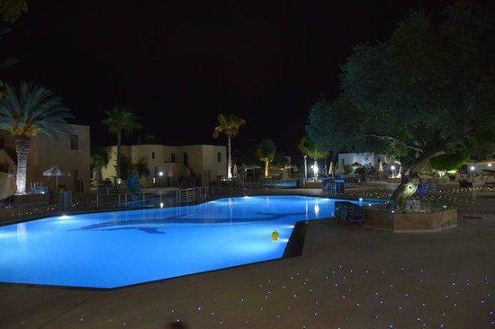 Sirios Village Hotel & Bungalows: basen noca