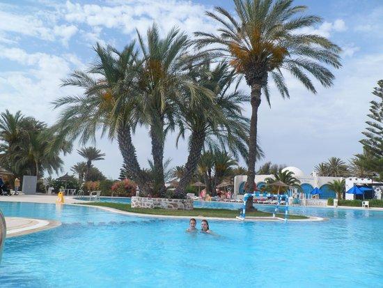 Hotel Golf Beach: La piscine extérieure au centre de l'hôtel