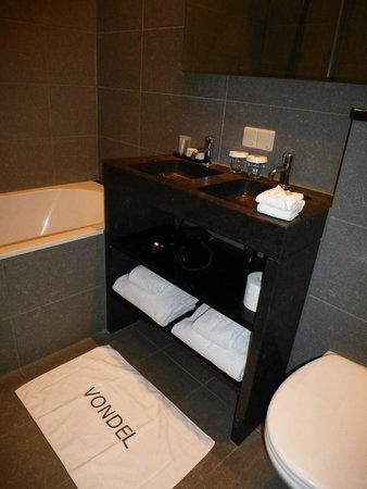 Hotel Vondel: Good-sized bathroom