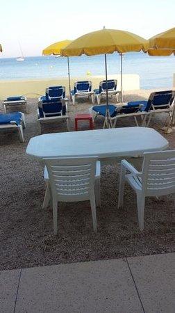 Hotel Lido Beach: vue de la chambre. imaginez avec les occupants sur les transats