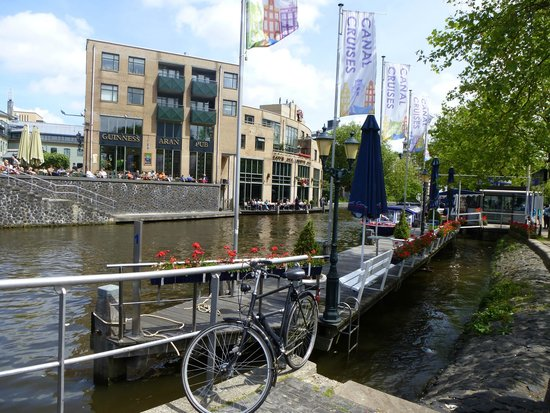 Hotel Vondel: Irish pub just across the main road by the canal