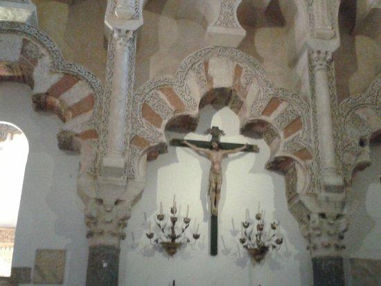 Mezquita-Catedral de Córdoba: no se que hace este señor ahi colgado!