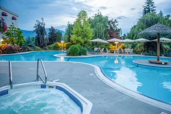 Podollan Inn: Large poolside seating area and hot tub