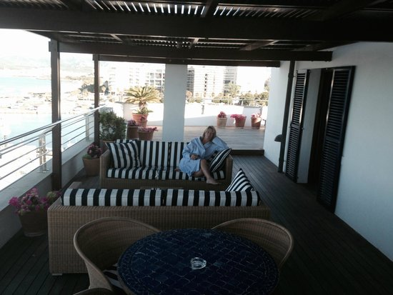 Portixol Hotel and Restaurant: Lovely Mediterranean terrace with sofa's