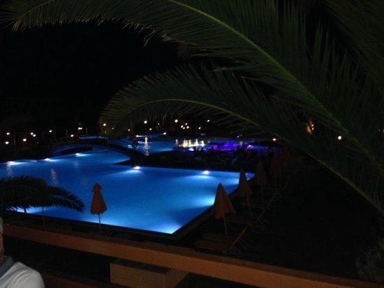 Atlantica Porto Bello Beach: Pool at night