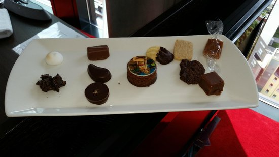 Empire Riverside Hotel: Complimentary: A nice tray of chocolates and biscuits