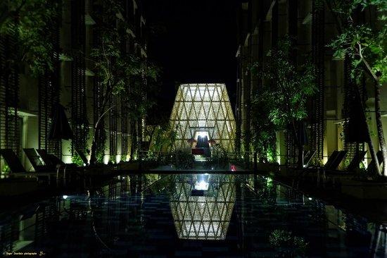 Ananta Legian Hotel : Vue de nuit de sur le lobby (réception)