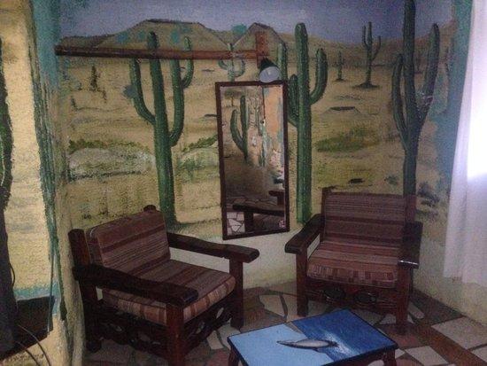 Hotel Arte y Museo Yeneka: Paredes con desierto pintado en ellas.