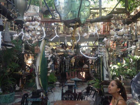 Hotel Arte y Museo Yeneka: En el patio hay muchas cosas interesantes