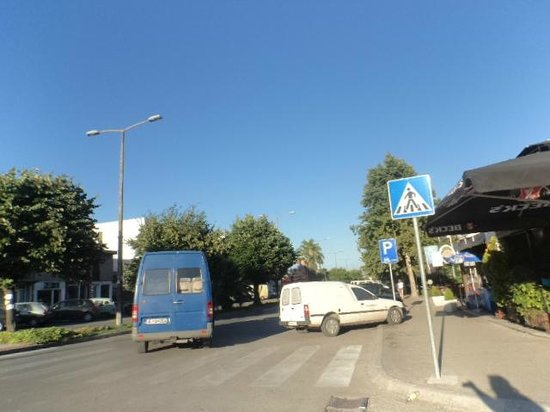 Long Beach (Velika plaža): The combi mini bus (blue one) at the bus stop on Bl. Skanderbeg
