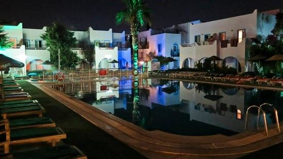 Hotel Bagevleri: night time around the pool