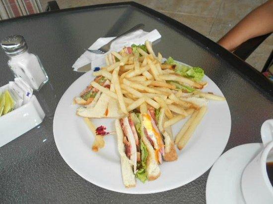 Veneto - A Wyndham Grand Hotel: ENJOY GOOD FOOD AT THE 7TH FLOOR BAR
