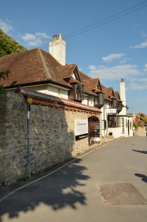 Lulworth Lodge: Dandelion Bistro from the road