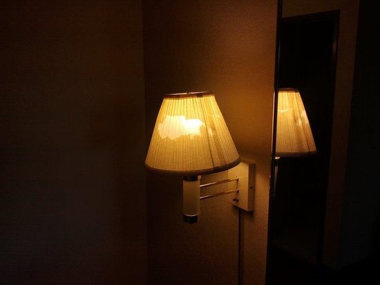 Baymont Inn & Suites Nashville/Brentwood: Bad lamp in room
