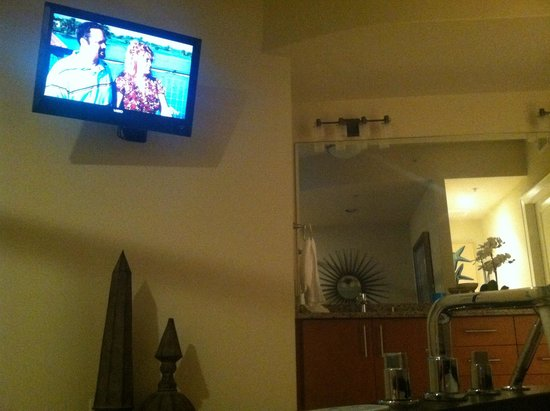 Turquoise Place: Tv in bathroom