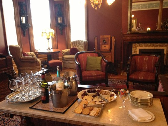 Chateau Tivoli Bed & Breakfast: Complimentary cheese and wine