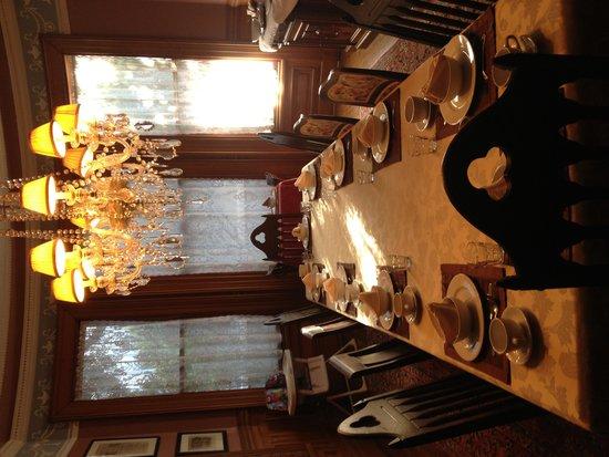 Chateau Tivoli Bed & Breakfast: Communal breakfast table