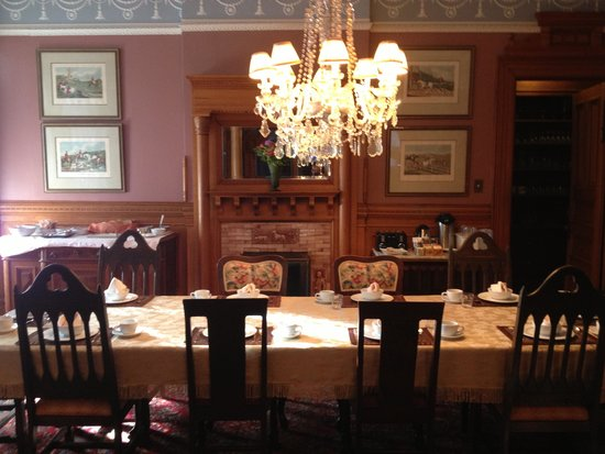 Chateau Tivoli Bed & Breakfast: The dining room
