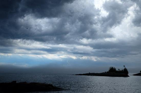Sweetgrass Cove Guest House and Bodywork Studio: Storm view from the back deck