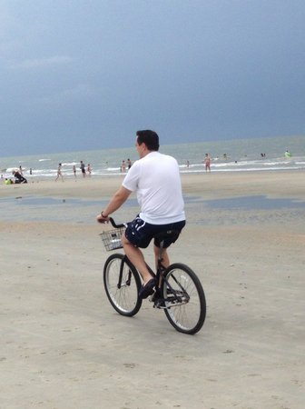 Wild Dunes Resort: Riding our bikes from the resort on the beach