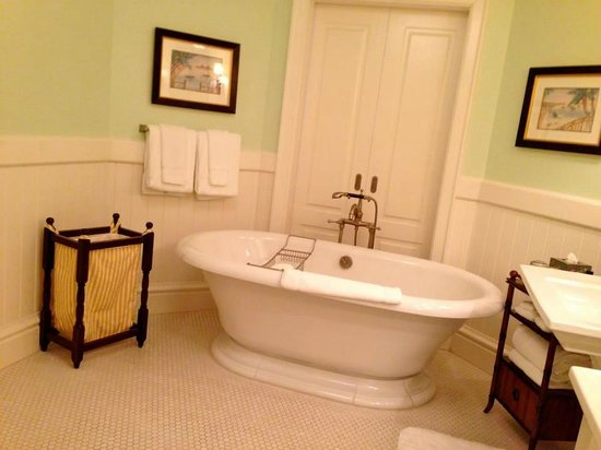 Rosewood Bermuda : The lovely tub in our glorious bathroom. Doors behind slide open & terrace/harbor are visible.
