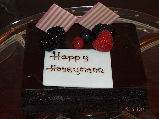 Shangri-La Hotel, Dubai: Cake made by hotel for us