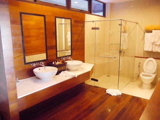 Baan Krating Phuket Resort: Salle de bain