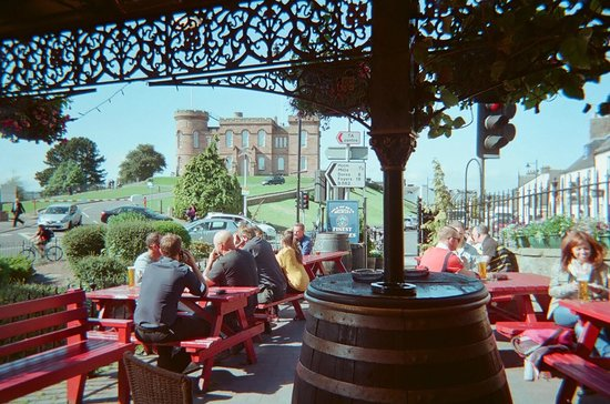 Castle Tavern: Looking out at Inverness Castle from beer garden.