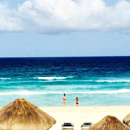 JW Marriott Cancun Resort & Spa: view of the ocean from the pool