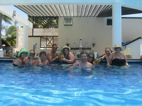 Azul Beach Resort The Fives Playa Del Carmen : pool bar with pineapple drinks