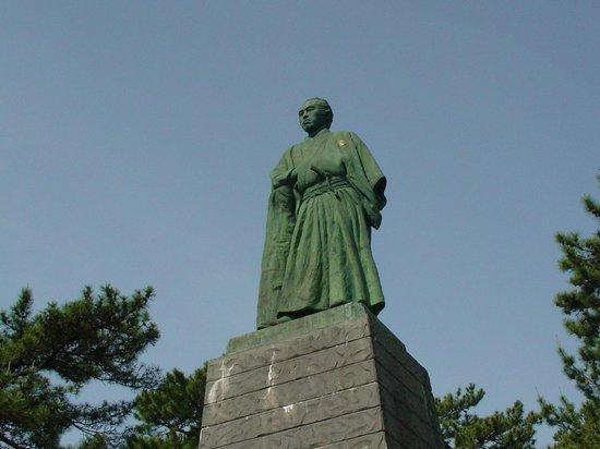 Ryoma Sakamoto Bronze Statue: 立ち姿が凛々しいです。
