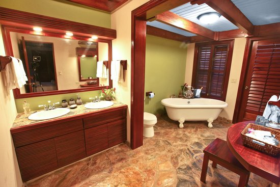 Hidden Valley Inn: Suite bathroom tub
