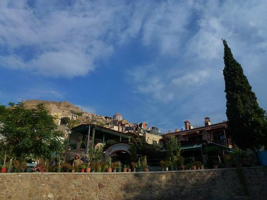 Fabrika: Γενική άποψη με το κάστρο του χωριού από πάνω