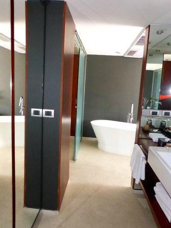 Hotel Ismael: Vanity and wardrobe area