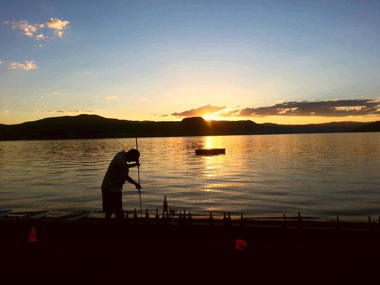 Sandy Beach Lodge Resort: Sunset over Okanagan Lake.