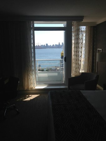 Pinnacle Hotel At The Pier: loved seeing the ocean from bed