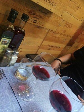 Trattoria dei 13 Gobbi : Great vino della casa!