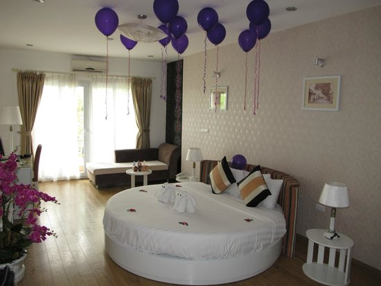Splendid Star Suite Hotel: The bridal suite, complete with birthday balloons