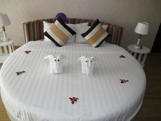 Splendid Star Suite Hotel: Our bed and elephant towels :)
