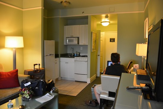 Hotel Beacon: Living room with full kitchen facilities