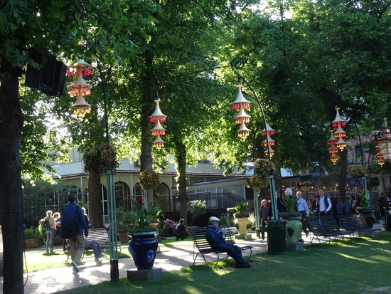 Tivoli Gardens: Lighting in trees