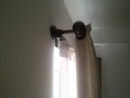 Fraser Residence Budapest: The curtains dont work. Take eyeshades if you want to sleep...