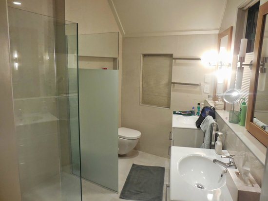 Admirals Landing Bed & Breakfast: Waterfront Room's bathroom