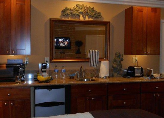 Beach Hut Bed and Breakfast: Kitchen counter