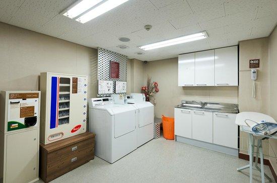 Metro Hotel: Coin laundry room