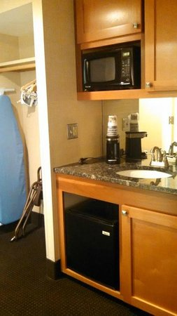 Best Western Danbury/Bethel : Plenty of counter space with coffee machine