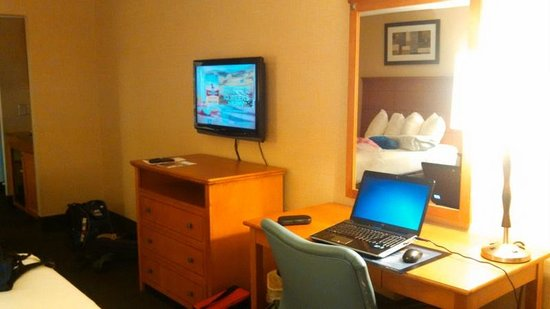 Best Western Danbury/Bethel : TV with remote/many channels