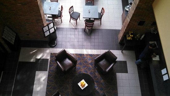 Best Western Danbury/Bethel : 2nd fl. balcony looking down to breakfast area