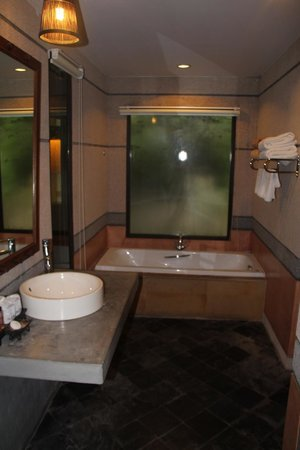 Railay Village Resort: large bathrooms