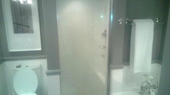 54 on Bath : Bathroom